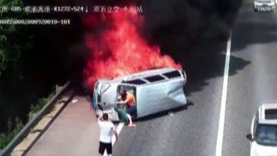 Photo of Yanan araçtan böyle kurtuldular